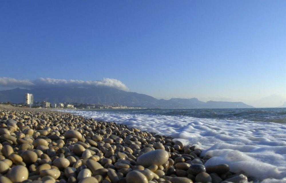 costa blanca alfas del pi playa de rocas orilla