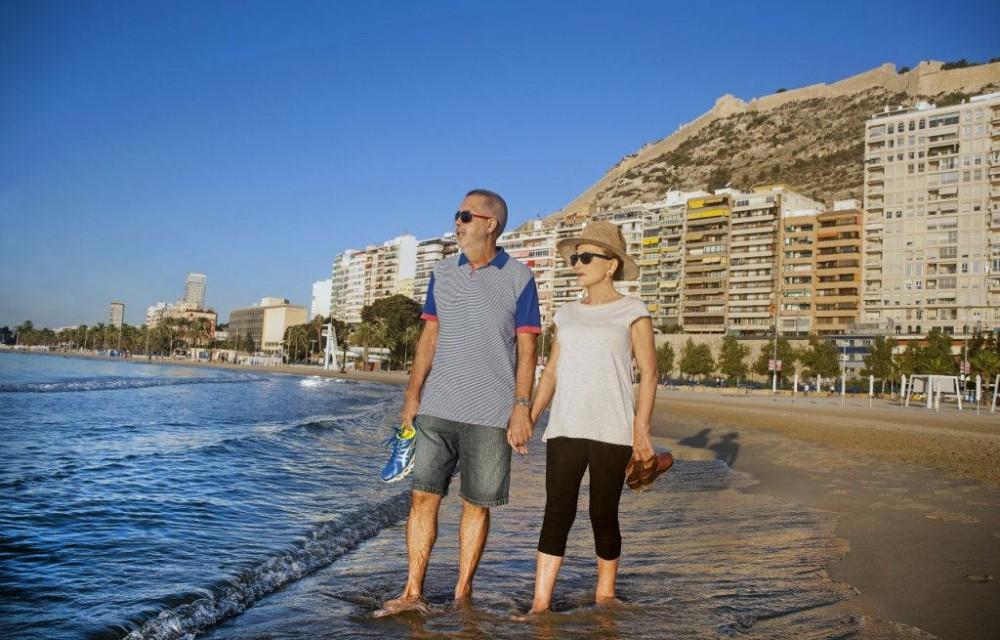costa blanca alicante pareja en playa postiguet
