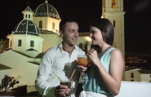 COSTA BLANCA ALTEA tomando una copa romantica