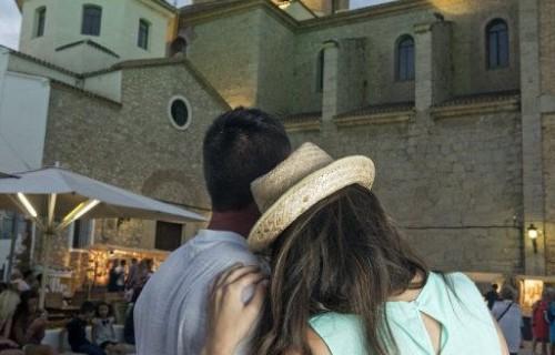 COSTA BLANCA ALTEA Una pareja dandose un abrazo