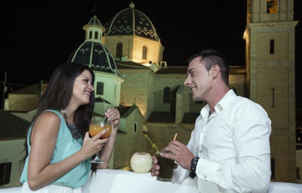 costa blanca altea pareja tomando una copa