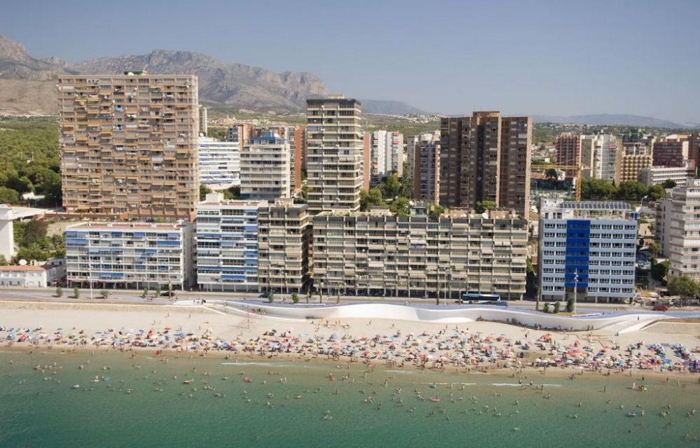 costa blanca benidorm banistas en la playa
