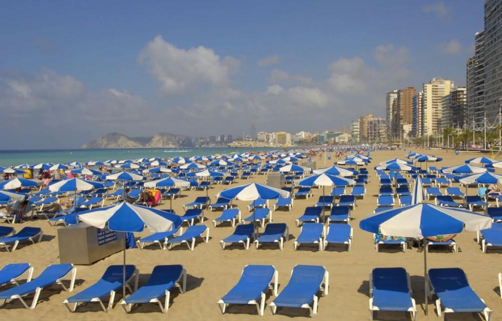 costa blanca benidorm hamacas y sombrillas playa
