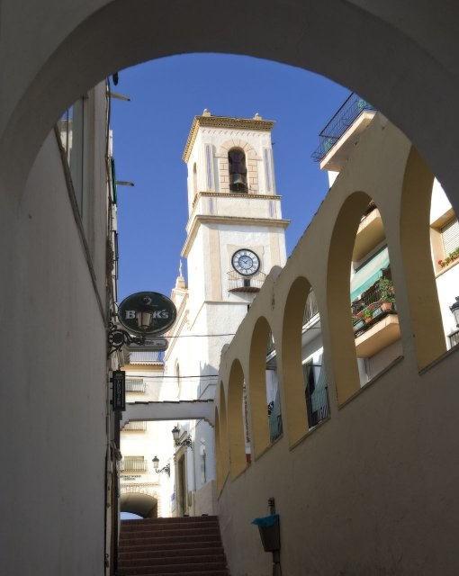 costa blanca benidorm iglesia desde un arco
