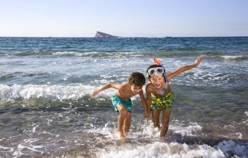 costa blanca benidorm ninos juegan en el mar
