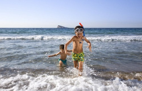 costa blanca benidorm ninos jugando en el mar