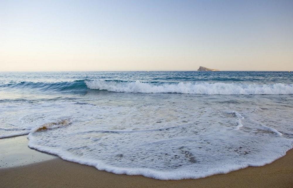 costa blanca benidorm ola rompe en la orilla