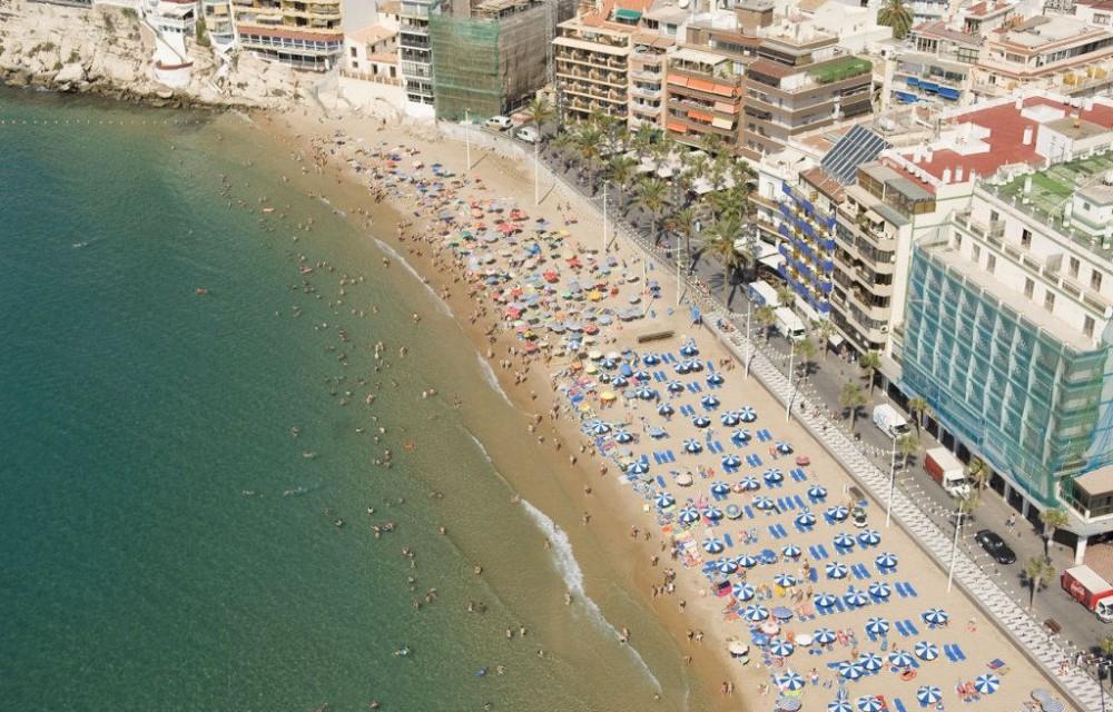 costa blanca benidorm personas y sombrillas en la playa