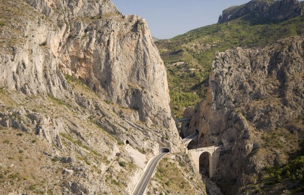 costa blanca bernia carretera entre montanas