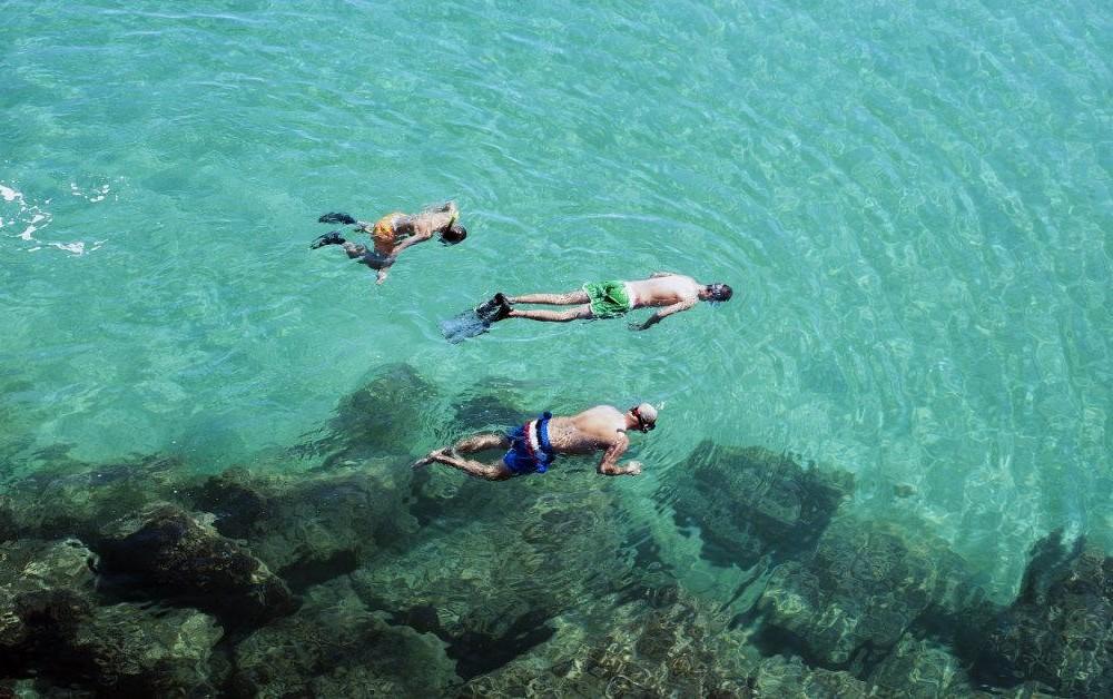costa blanca buceo transparentes aguas y banistas