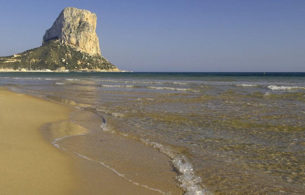 costa blanca calpe orilla del mar a pies del penon