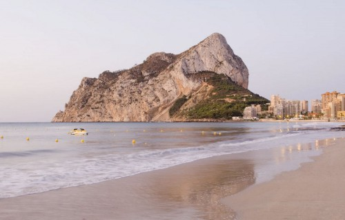 costa blanca calpe orilla del mar al atardecer