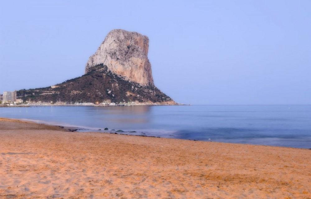 costa blanca calpe playa al atardecer bajo el penon