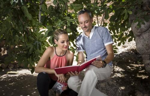 COSTA BLANCA MUSEO MIGUEL HERNANDEZ casa antigua de orihuela leyendo en pareja