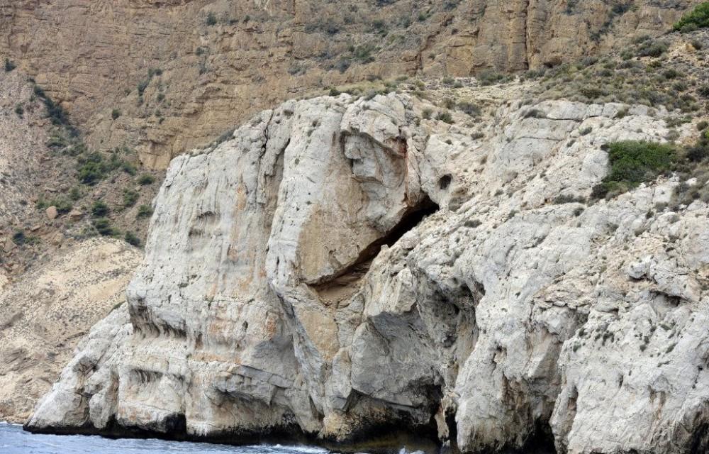 costa blanca catamaran cueva en roca blanca