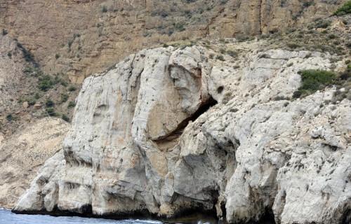 COSTA BLANCA CATAMARAN cueva en una roca blanca