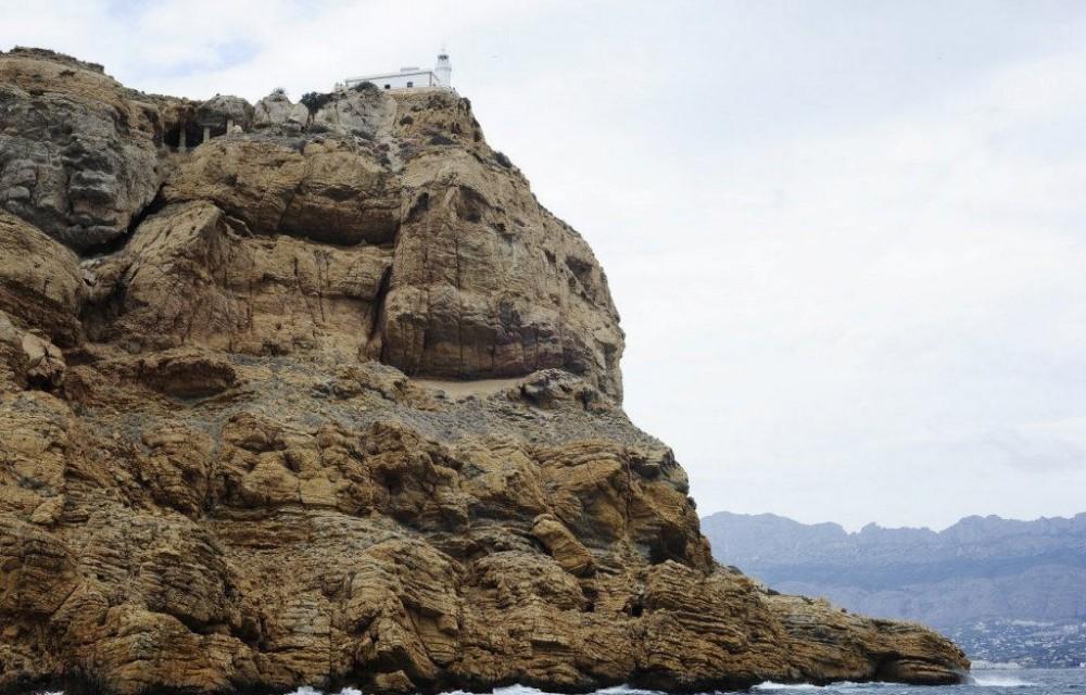 costa blanca catamaran precioso faro a lo alto de la montana