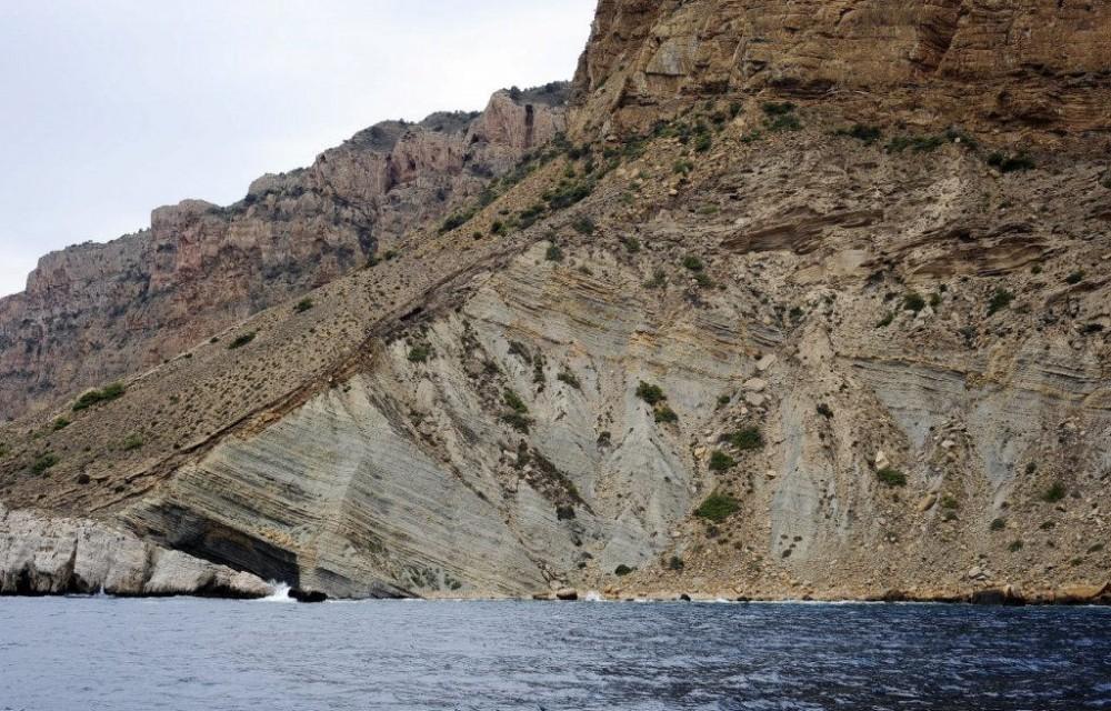 costa blanca catamaran roca montanosa en el mar