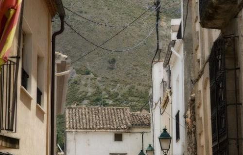 COSTA BLANCA EL COMTAT ALMUDAINA Vista de una calle de la localidad y de la Sierra de la Almudaina