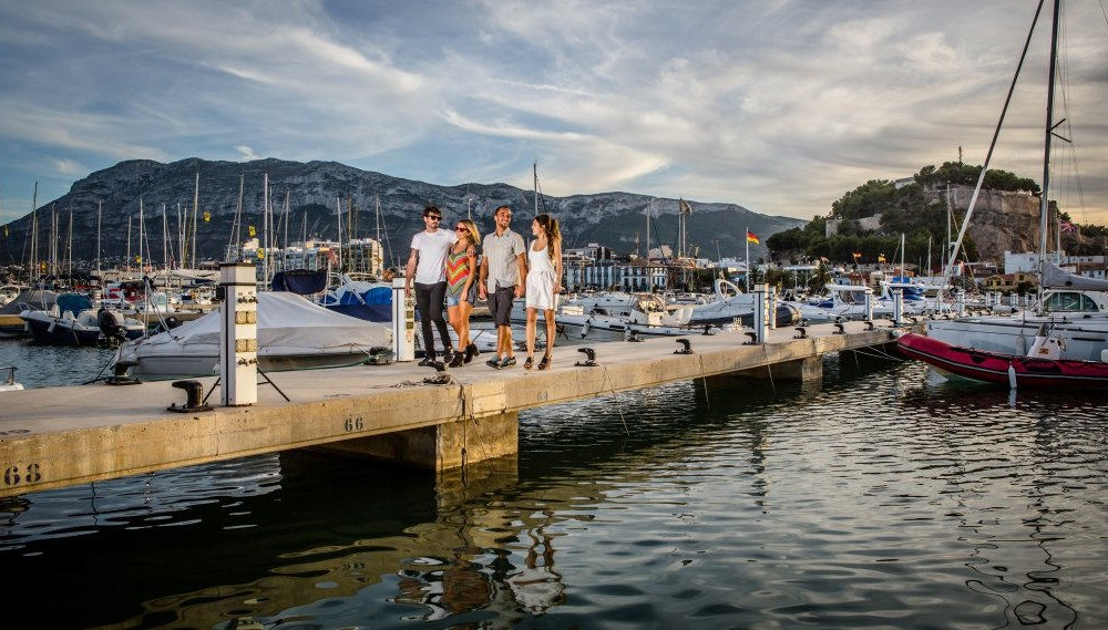 costa blanca denia amigos en muelle del puerto deportivo