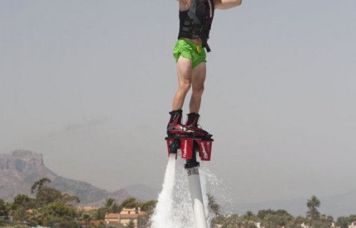 costa blanca denia artista flyboard saludando en el aire