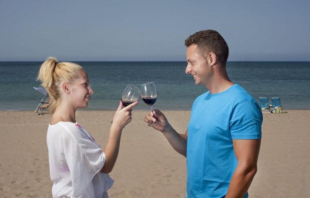 costa blanca denia brindis en la orilla del mar en pareja