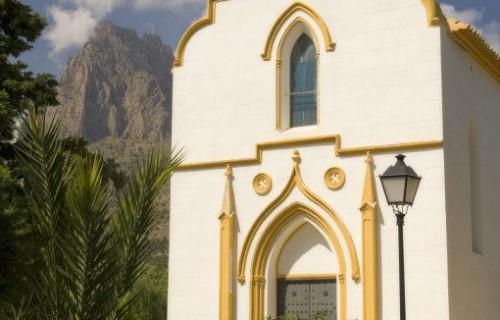 COSTA BLANCA MARINA BAIXA FINESTRAT Ermita de la localidad con el Puig Campana al fondo