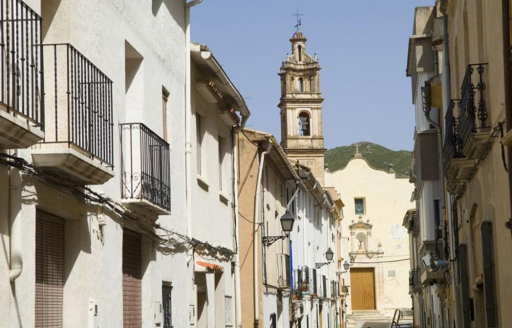 costa blanca gallinera calle e iglesia del pueblo
