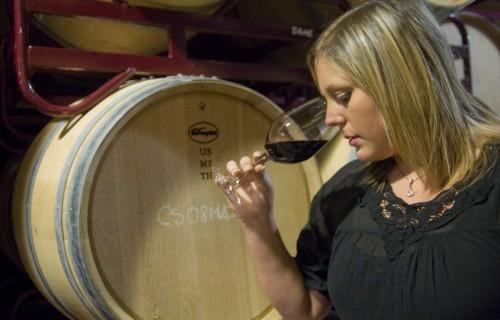 costa blanca gastronomia mujer oliendo el aroma del vino