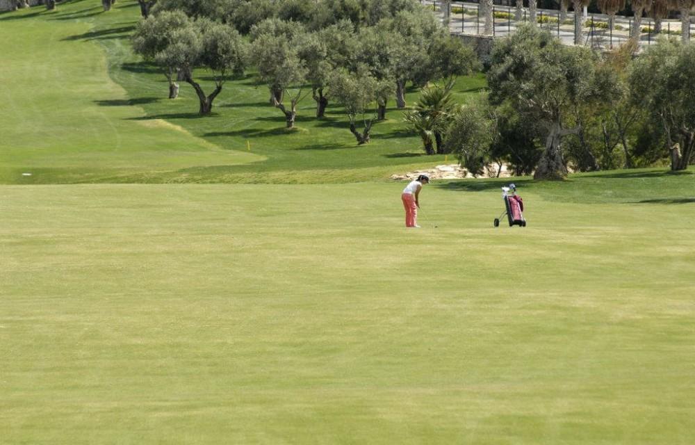 costa blanca golf la finca mujer haciendo un golpe