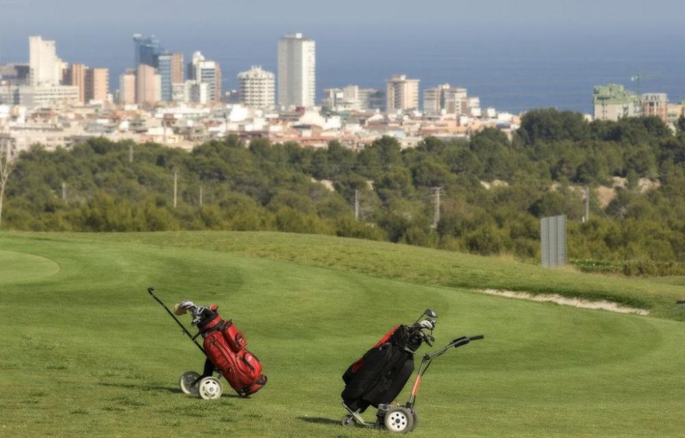 costa blanca golf villa aitana carros de golf y benidorm al fondo