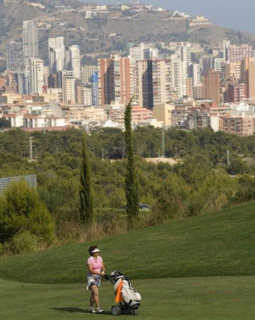costa blanca golf villa aitana jugadora y benidorm al fondo