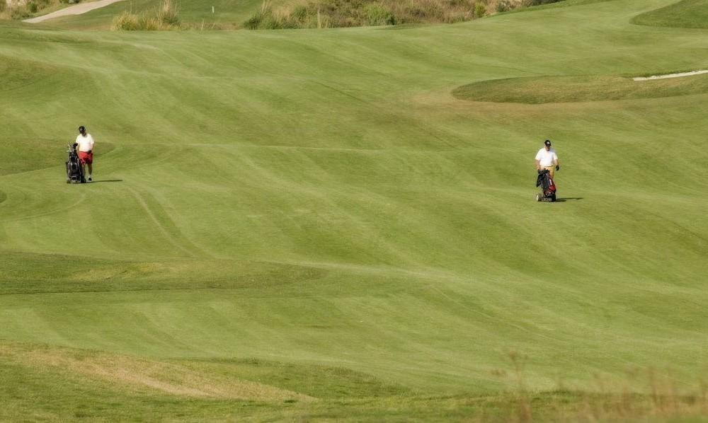 costa blanca golf villa aitana jugadores caminando por el hoyo