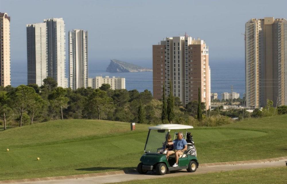 costa blanca golf villa aitana pareja en coche de golf