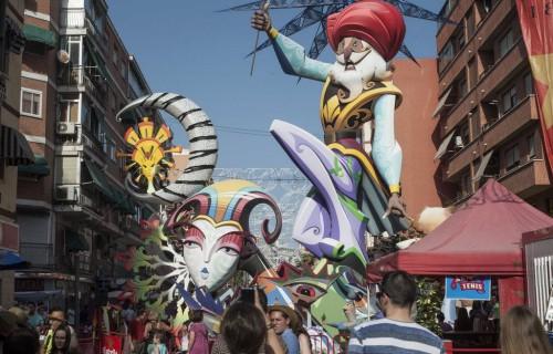 COSTA BLANCA ALICANTE HOGUERAS DE SAN JUAN figura montada en un barrio
