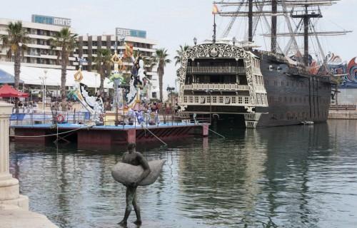 COSTA BLANCA ALICANTE HOGUERAS DE SAN JUAN monumento y un barco