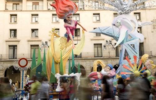 COSTA BLANCA ALICANTE HOGUERAS DE SAN JUAN monumento y personas