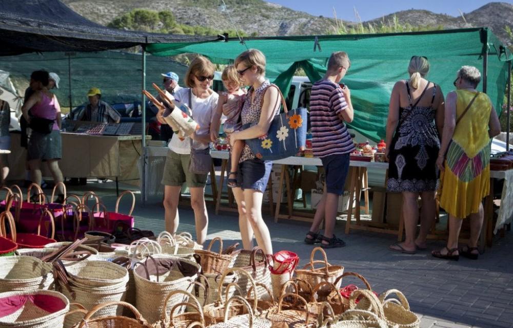 costa blanca jalon senoras con cestos de mimbre en el mercadillo