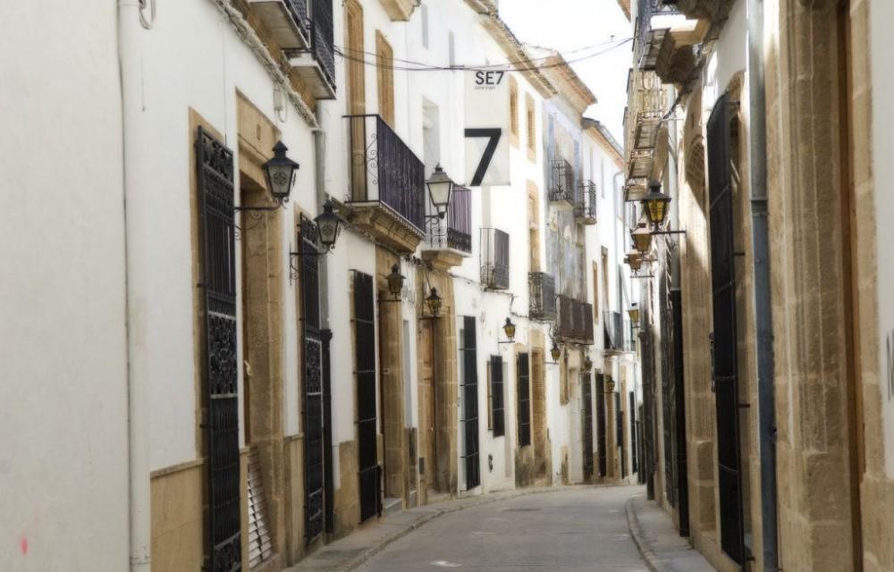 costa blanca javea bonita calle estrecha y blanca