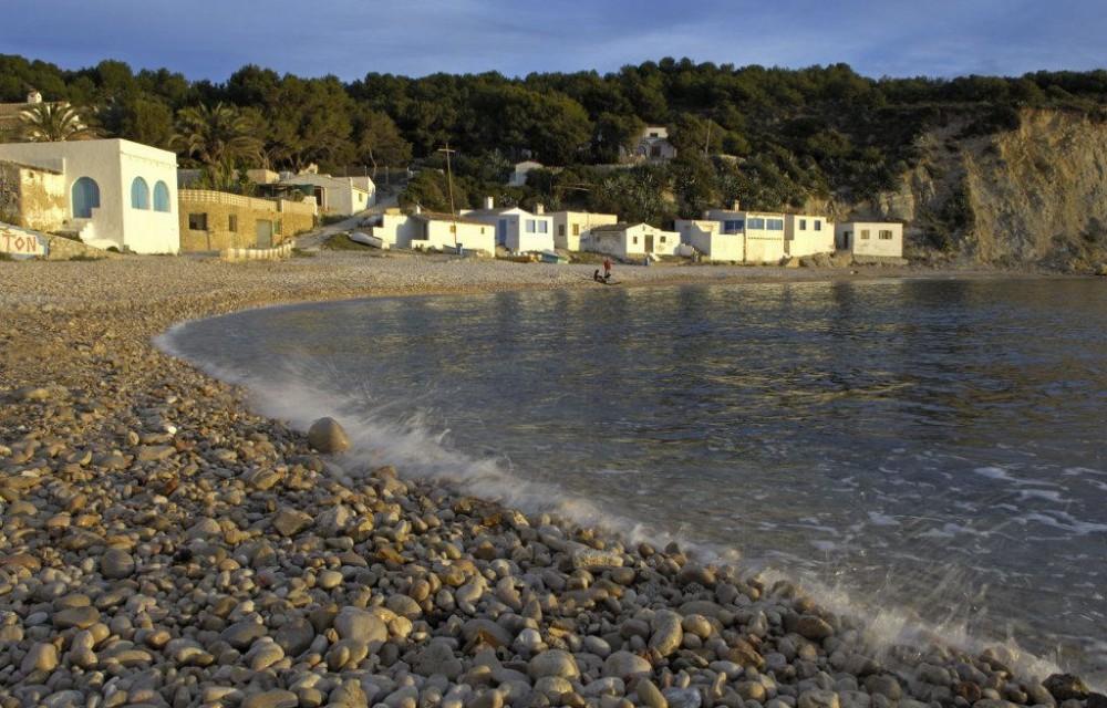 costa blanca javea orilla del mar en playa de rocas