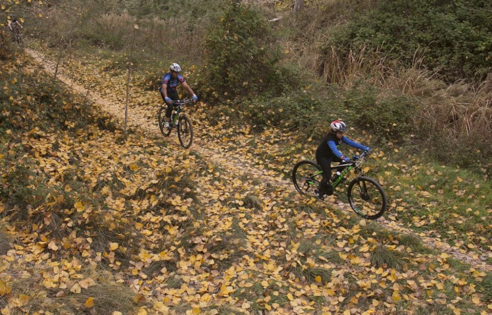 costa blanca jornadas nico terol ciclismo en sendero de hojas