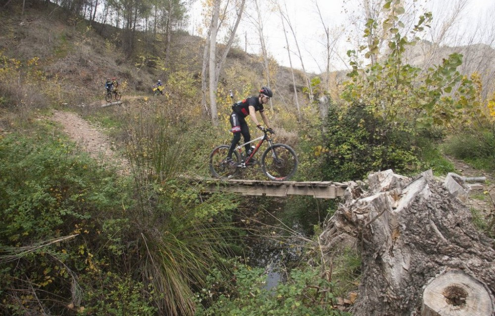 costa blanca jornadas nico terol ciclista atravesando puente de madera