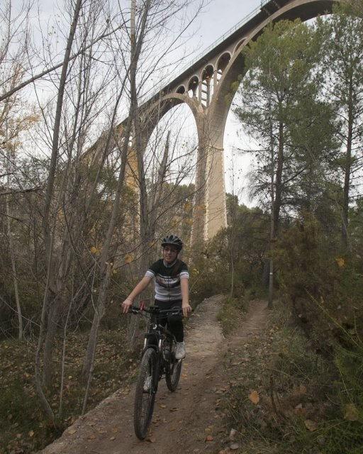 costa blanca jornadas nico terol ciclista pasando por acueducto