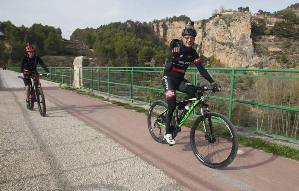 costa blanca jornadas nico terol ciclista saluda en el puente
