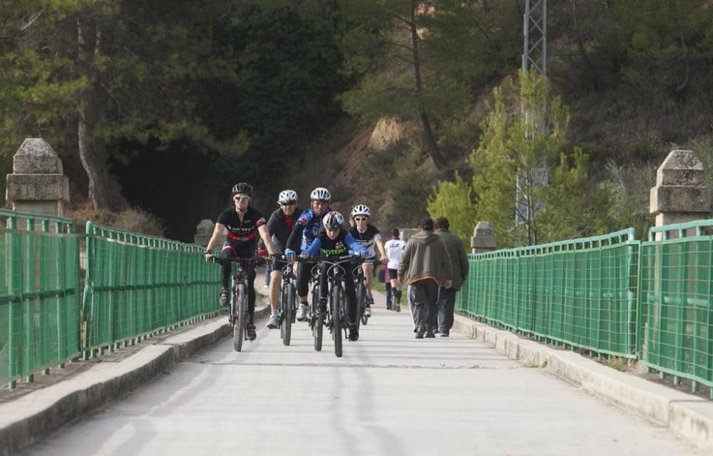 costa blanca jornadas nico terol ciclistas atravesando el puente