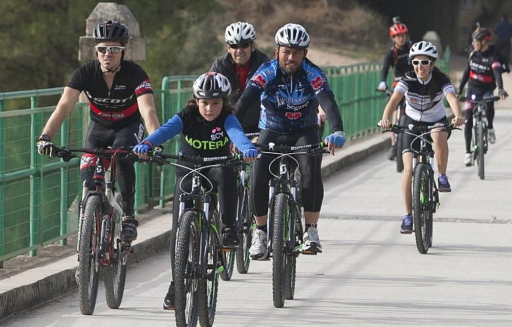 costa blanca jornadas nico terol ciclistas pasan el puente