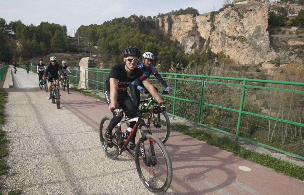 costa blanca jornadas nico terol ciclistas pasando por el puente