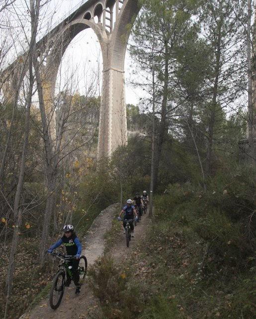 costa blanca jornadas nico terol ciclistas pasando un acueducto