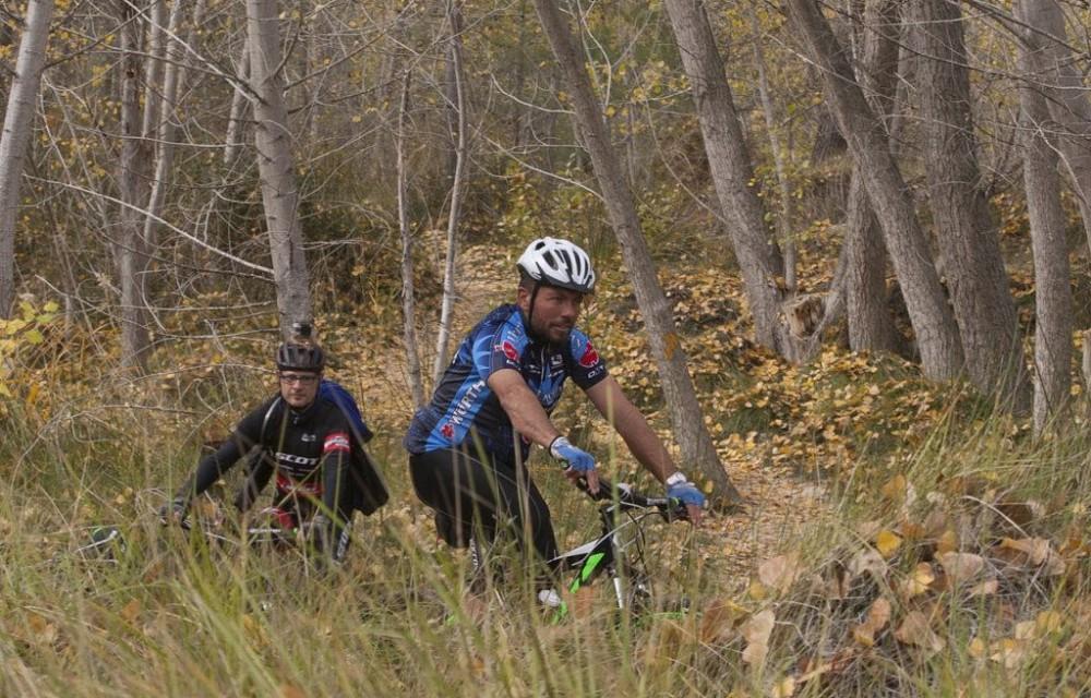 costa blanca jornadas nico terol dos ciclistas en el campo