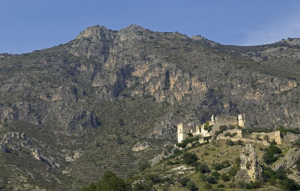 costa blanca lorcha y su castillo entre montanas